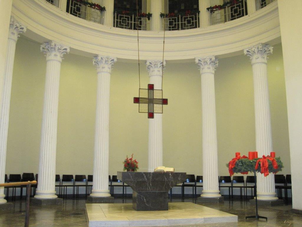 Das Kreuz im Altarraum